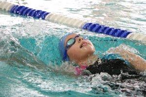 Carlotta Bülck schwamm über 100m Rücken einen neuen Vereinsrekord